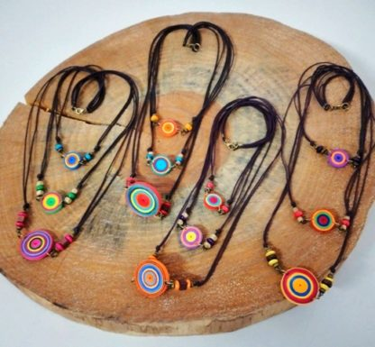 Exclusivo colar quiling, com rolinhos de papel colorido. Produto artesanal, não pode molhar.Este é um produto do Terceiro Setor e exclusivo para você.