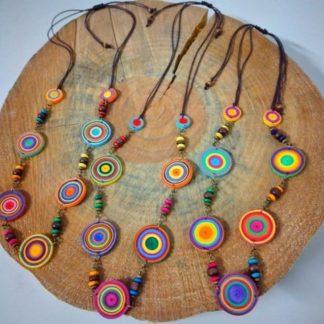 Colar Quiling Macramê é uma bijuteria linda e exclusiva, seja pelo material com a qual foi elaborada, seja pelas mãos que a confeccionaram.