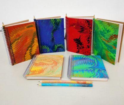 Anotação M Marmorizado é ideal para recados e pequenas anotações. Além disso, ele é artesanal e exclusivo.