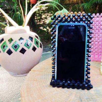 Um elegante suporte para celular que oferece praticidade ao seu dia a dia. Certamente acompanhado de requinte e beleza.