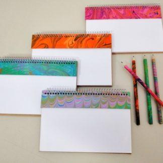 Risque Rabisque P tem o tamanho ideal, não só para a sua mesa do escritório como para anotações gerais da sua casa. Útil e delicado, um mimo.