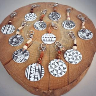 Chaveiro Papel Machê Tribal certamente que acolherá as suas chaves do dia a dia ou de uma gaveta com seus tesouros secretos!