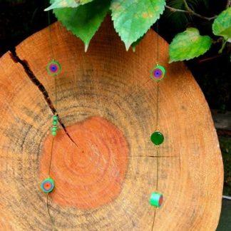 O Colar Quiling Plus Ágataé encantador e de muito gosto. Nosso colar é Confeccionado com fio de aço, quiling, miçanga e pedra, com o fecho tipo mosquetão como acabamento.