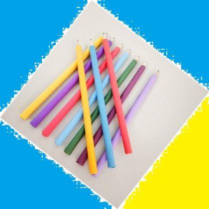 Lápis Grafite Preto Encapado Com Papel Reciclado colorido você só encontra na APOIE! A variedade de cores de papel é grande, um adorável luxo