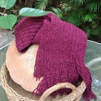 O Cachecol de lã Vinho ponto canelado aquece a alma e o coração. Uma exclusividade APOIE. Apresenta uma inigualável beleza e textura.