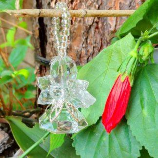Enfeite pedraria - anjinho asa transparente e corpo chato. Tanto pode pendurar quanto colocar em cima de uma mesa. Uma lembrança delicada!