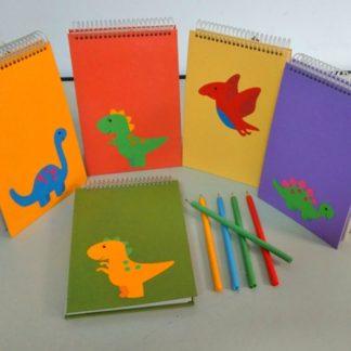 Bloco G Família Dinossauro é uma criação exclusiva da Apoie. Sua capa em papel reciclado colorido é única e diferenciada. Nada igual no ramo.