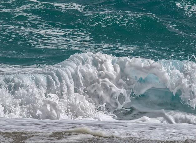 A onda acaba na praia porque esse é seu destino. Mesmo que gigantesca, invariavelmente termina em branca espuma.